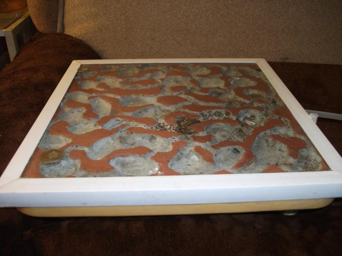 Для вентиляции слева в стекле по углам отверстия 8 мм закрыты сетками, а непода